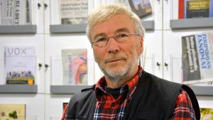 Peter Backa sitter i Yle Österbottens nyhetslandskap.