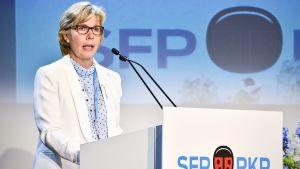 Anna-Maja Henriksson är öppen för att förhandla med regeringen, men statsministern ska komma med initiativet.