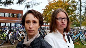Mikaela Lindberg (till vänster) och Nina Johansson har barn i Winellska skolan. Båda mammornas barn har fått symptom på grund av den dåliga inomhusluften.
