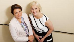 Laura Malmivaara ja Inka Kallén hymyilevät kameralle yläviistoon.