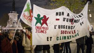 Demonstration mot förbudet mot demonstrationer som en del av undantagstillståndet som utlystes efter terrorattackerna i Paris.