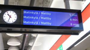 på metrostationen i Hagalund