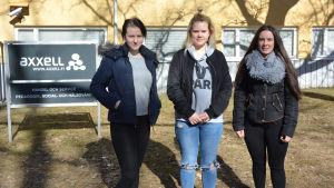 Merkonomstuderande Emilia Holmström, Nelly Holtegaard och Gabriela Ahlvik