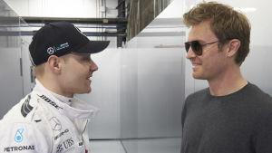 Valtteri Bottas och Nico Rosberg pratar med varandra