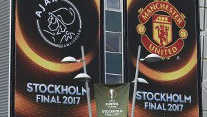 Reklamaffischer inför Europa League-finalen mellan Manchester United och Ajax.