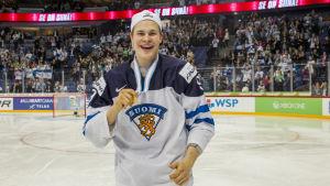 Jesse Puljujärvi firar JVM-guldet i Helsingfors.