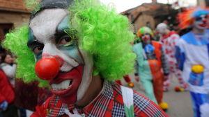 En person utklädd till clown under en parad i Makedoniens huvudstad Skopje den 13 januari 2010.