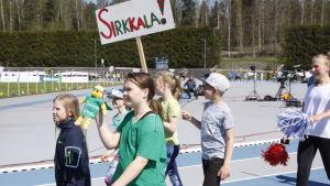 Sirkkalaskola tågar in på stafettkarnevalen