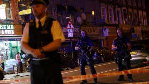 Flera människor skadades då en paketbil mejade ner fotgängare vid en moské i norra London den 19 juni 2017.