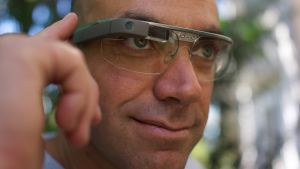 Man med digitala google glasögon.