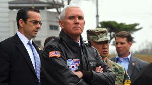 Vicepresident Mike Pence besökte den demilitariserade zonen mellan Nord- och Sydkorea på annandag påsk.