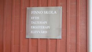 Skylt med texten Finno skola