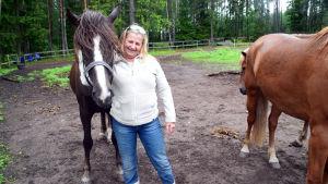 Kvinna med hästar.