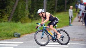 Cyklist i sprintsträckan i Sun City Triathlon i Vasa svänger in på vägen till Tropiclandia och Rantasipi för att växla till löpning