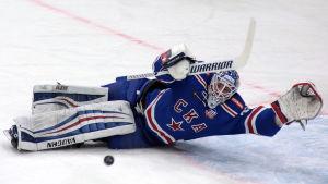 Mikko Koskinen räddar en puck liggande.