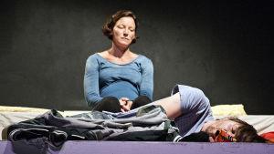 Maria Ahlroth och Pelle Heikkilä i Lucky på Teater Viirus.