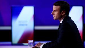 Emmanuel Macron som deltog i valdebatten på torsdag kväll har utökat sitt försprång mot Marine Le Pen enligt det senaste opinionsmätningen