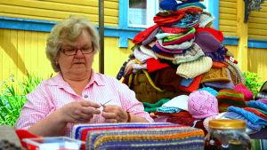 Karin Rusk stickar mössor
