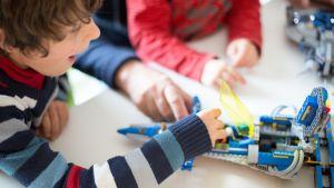 Två pojkar leker med lego.