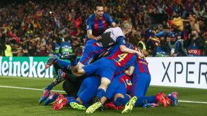 Barcelona-spelare firar segern.