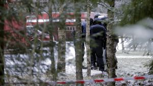 Polisen utanför radhuset där en bilbomb detonerat