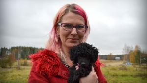 Yvonne Granholm och dvärgpudeln Helga.