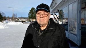 Börje Ray står utanför en affär i Oravais. Vinter.