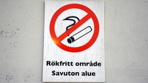 Skylt som det står rökfritt område på.