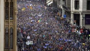 160 000 människor demonstrerade i Barcelona för att Spanien ska ta emot fler flyktingar.