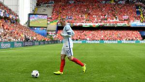 Englands Wayne Rooney på väg mot hörnflaggan i matchen mot Wales.