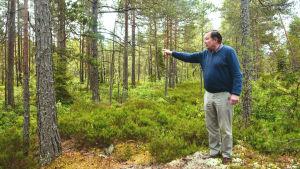 Gustav munsterhjelm i ett skogsområde
