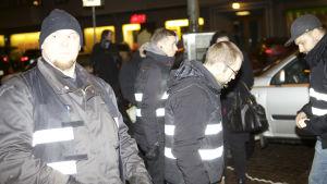 Suomen Vastarintaliikkeen aktivisteja järjestysmiehinä 612-soihtukulkueessa itsenäisyyspäivänä 2014.