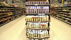 Upplysta produkter i mataffären.