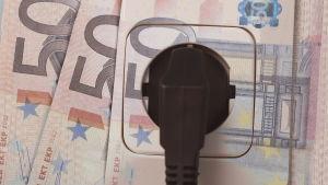 Temabild - stickkontakt kopplad till en 50-eurossedel.