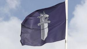 En flagga med polisens logo på.