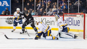Juuse Saros vaktar målet mot New York Islanders i NHL.