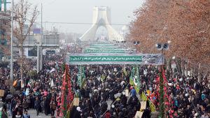 Hundratusentals iranier deltog i protester mot USA på årsdagen av revolutionen år 1979. I Teheran tågade demonstranterna till frihetstorget i stadskärnan