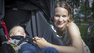 Äiti ja lapsi Lauttasaaressa 28.7.2017.