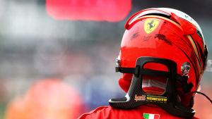 Kimi Räikkönen med hjälmen på fotad bakifrån.