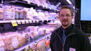Oskar Ahl är butiksansvarig i S-market Grani.