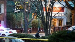 Poliisi piirittää Comet Ping Pong -pizzeria Washingtonissa.