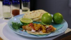 Tortilla med friterad fisk och salsa