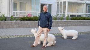 Arkitekt Stefan Ahlman utanför ett av hitashusen i Fiskehamnen.