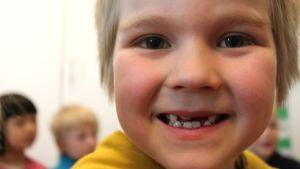 Eskarilaisen hymy, kaikki hampaat vielä eri kokoa.