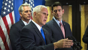 Ledande republikaner i kongressen som Paul Ryan( th) och Kevin McCarthy (tv) har fördömt Trumps uttalande men inte återtagit sitt stöd för honom. Presidentkandidaten Mike Pence (i mitten) har inte ännu kommenterat Trumps senaste skandal