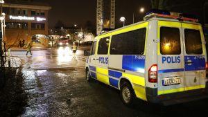 Polisbilar och räddningspersonal i Rinkeby efter upploppen den 20 februari 2017.