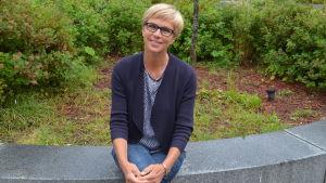 Veronica Rehn-Kivi sitter på en betongring.