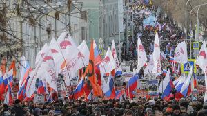 Demonstranter marcherar i Moskva till minnet av Boris Nemtsov, två år efter att han mördades.