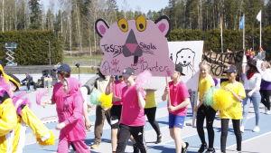 Tessjö skola tågar in på stafettkarnevalen