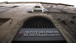 Världens äldsta fungerande bank är illa ute.